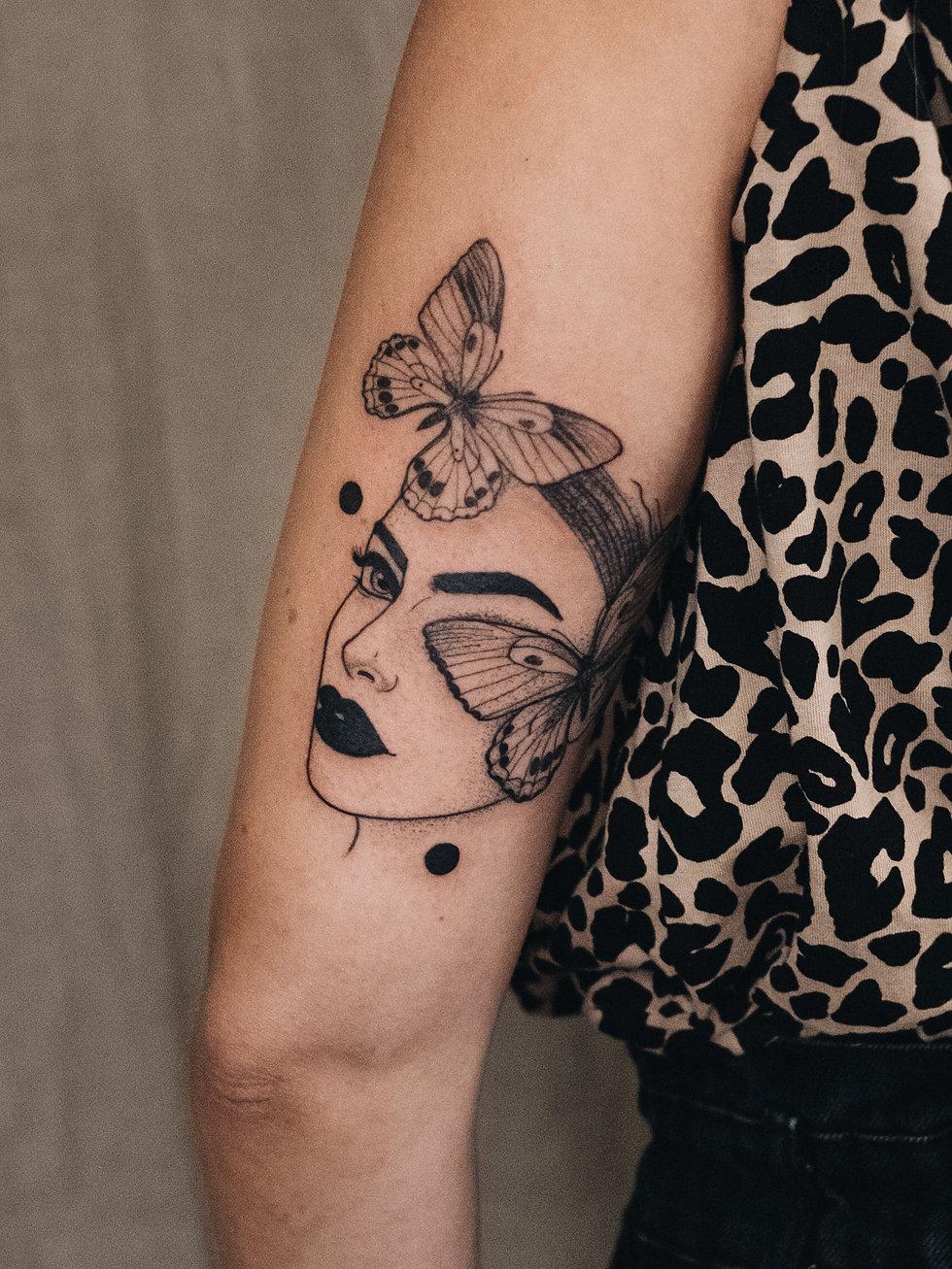 Frauenkopf mit Schmetteling Tattoo, Dotwork, von Eva Schatz, MINT CLUB Tattoo Salzburg