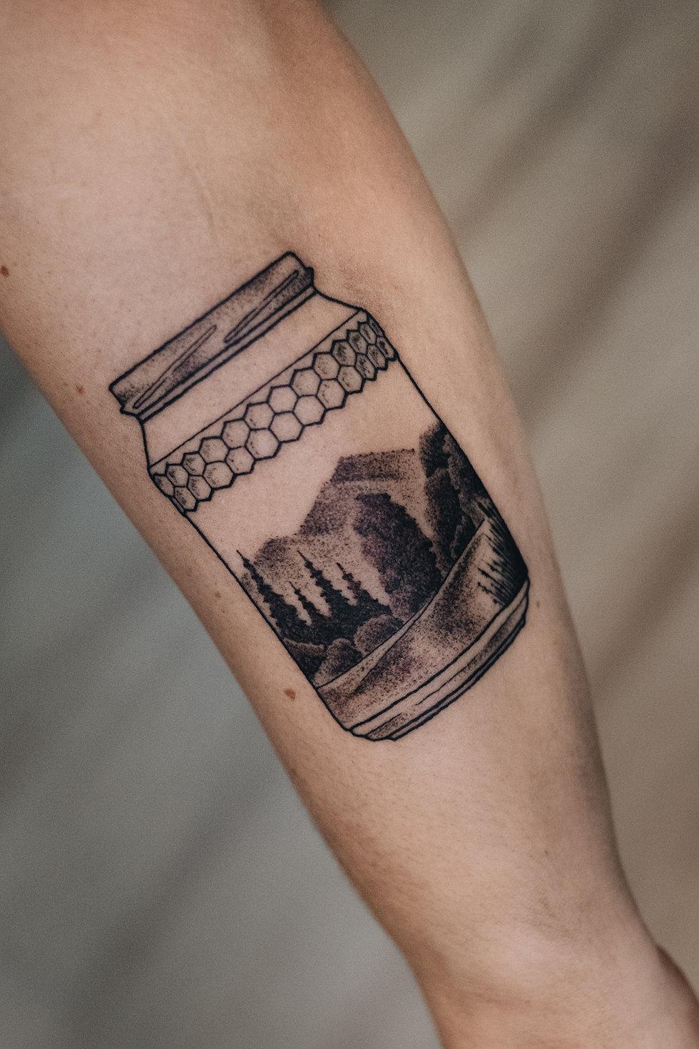 Honig Glas Form mit Landschaft und Bäumen – Landschafts Tattoo, Dotwork, Permanent Postcard Rippen Tattoo von Bob Fizz, MINT CLUB Tattoo Salzburg