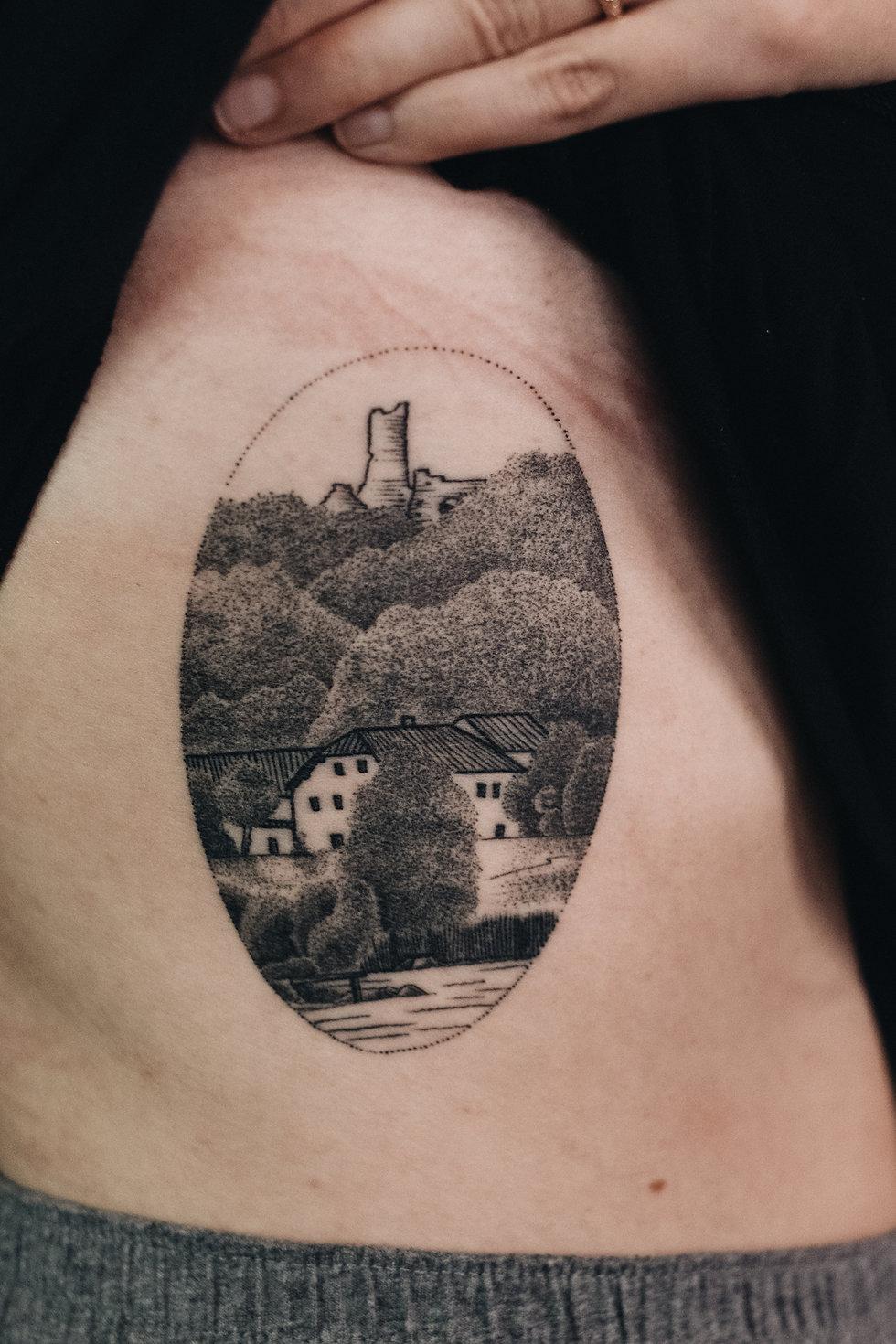 Landschafts Tattoo, Dotwork, Permanent Postcard Rippen Tattoo von Bob Fizz, MINT CLUB Tattoo Salzburg
