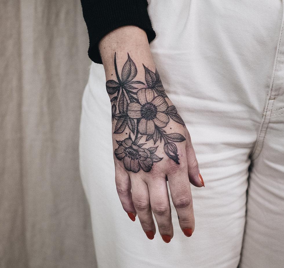 Handrücken Blumen Tattoo, Apfelblüten Dotwork Tattoo von Eva Schatz, MINT CLUB Tattoo Salzburg