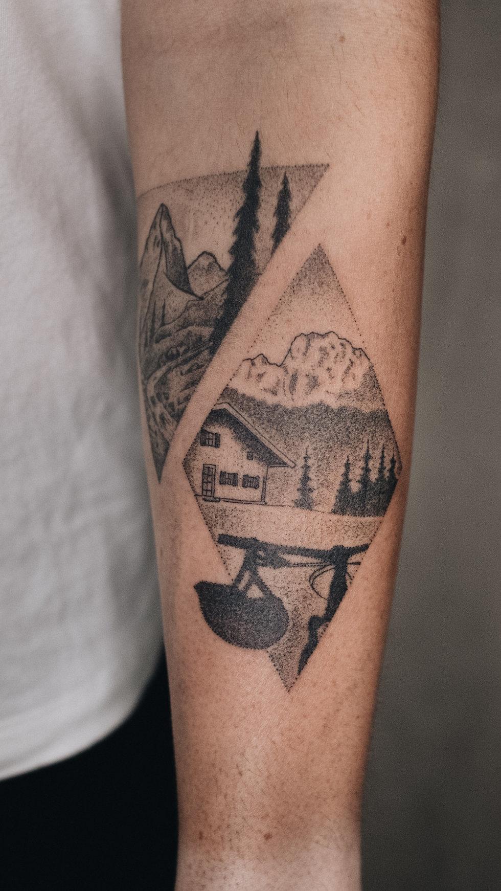 Berge, Rad, Hütte, Landschafts Tattoo, Dotwork, Permanent Postcard Rippen Tattoo von Bob Fizz, MINT CLUB Tattoo Salzburg