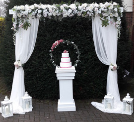 Isabella arch with pedestal, cake hoop and lanterns