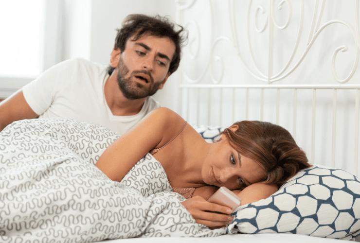 Eifersucht bekämpfen: Mit wem schreibt sie?