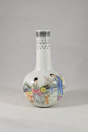 Vaso in porcellana con figure in giardino e poesia sul retro