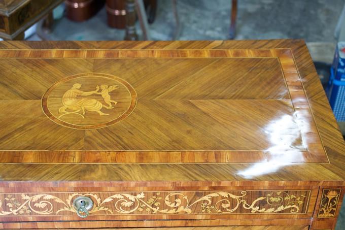 Cassettone Luigi XVI lastronato in noce e acero