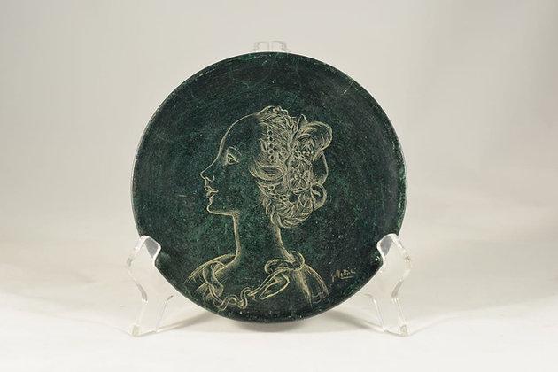 Piatto in pietra con ritratto di profilo inciso