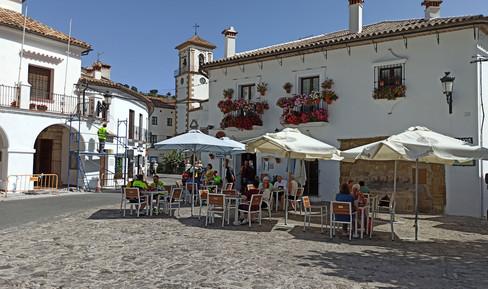 Terraza de la plaza en donde Ana espera a Mario, Paty y Javier