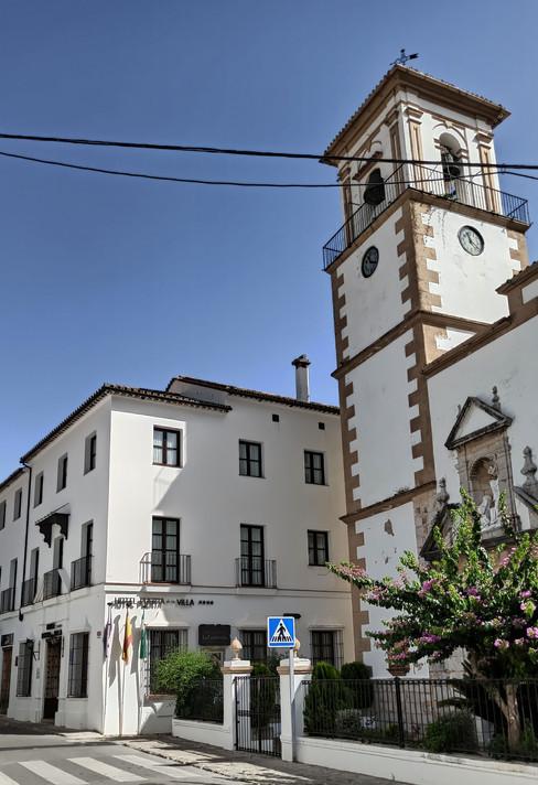 Hotel Puerta de la Villa, junto a la parroquia de la Encarnación