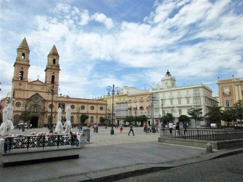 700px-Iglesia_y_plaza_de_San_Antonio_Cád