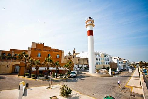 Faro de Rota y restaurante El Embarcadero