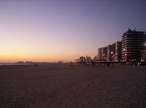 Anochece en la playa de la Victoria