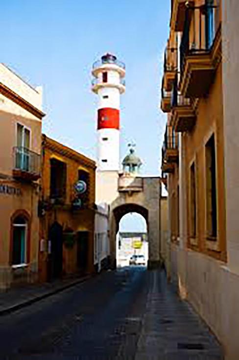 Faro de Rota y arco de la calle Gravina