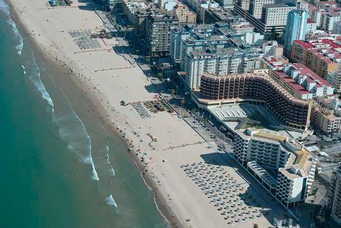 Vista aérea de la playa de la Victoria con el edificio conde vive Ana