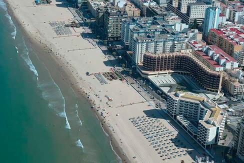 Vista aérea de la playa de La Victoria y el edificio donde vive Ana