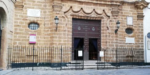 Entrada a la iglesia de la Palma, en donde las chicas se encuentran con Javier Santos