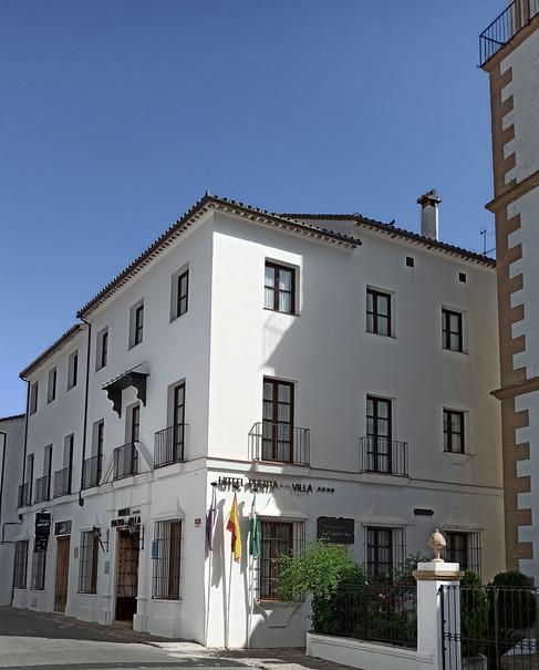 Hotel Puerta de la Villa, en donde se aloja Paty
