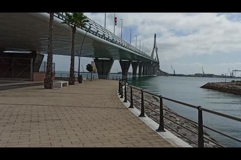 Paseo de Javier y Paty bajo el puente de La Pepa