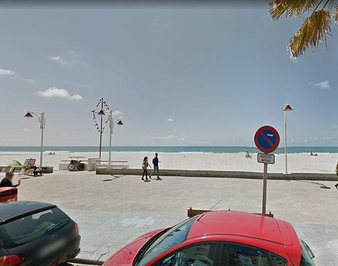 Acceso por donde Ana entra en la playa para correr