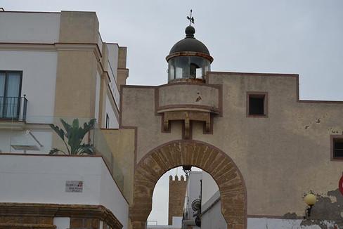 Faro de rota y arco de la calle Gravina.