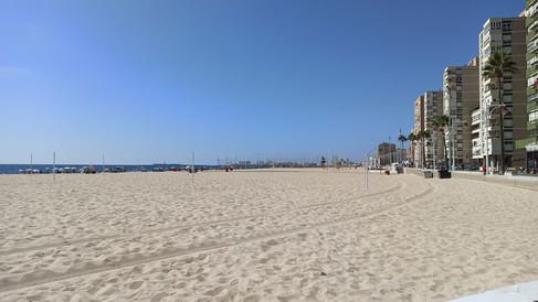 Playa de la Victoria, con la Catedral al fondo.