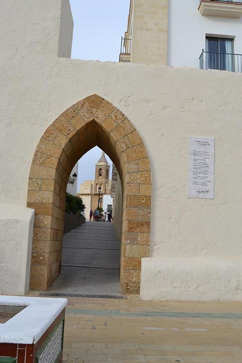 Puerta de Rota con la iglesia de Ntra Sra de la O