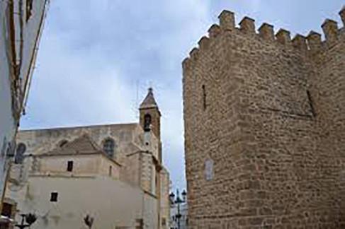 Murallas del castillo y fachada de la iglesia de Ntra Sra de la O