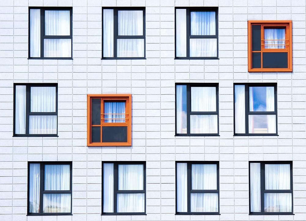 Ohne WEG-Beschluss läuft nichts. So dürfen Eigentümer nicht eigenmächtig von Kipp- und Drehfenstern wechseln oder Außenjalousien einbauen. Denn Außenfenster zählen zwingend zum Gemeinschaftseigentum.  Auf so manch einer Eigentümerversammlung sorgt das Thema Wohnungsfenster für lebhafte Debatten. Muss wirklich ein neuer Anstrich aufgebracht werden oder sollen besser die alten Holzfenster durch moderne Kunststofffenster ersetzt werden? Was geht es die anderen an, wenn ich mir ein Kippfenster einbauen lasse? Hier stoßen Interessenten und Befindlichkeiten aufeinander.