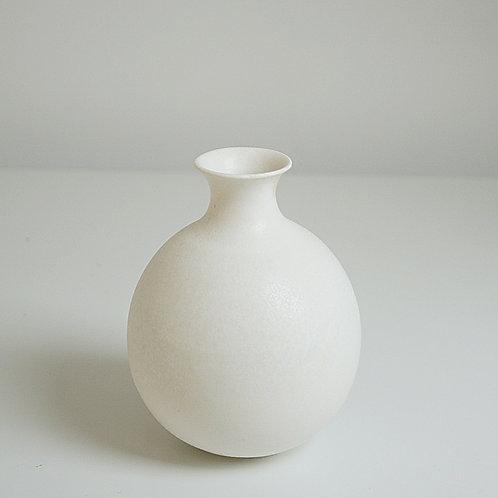 A bud vase in cream