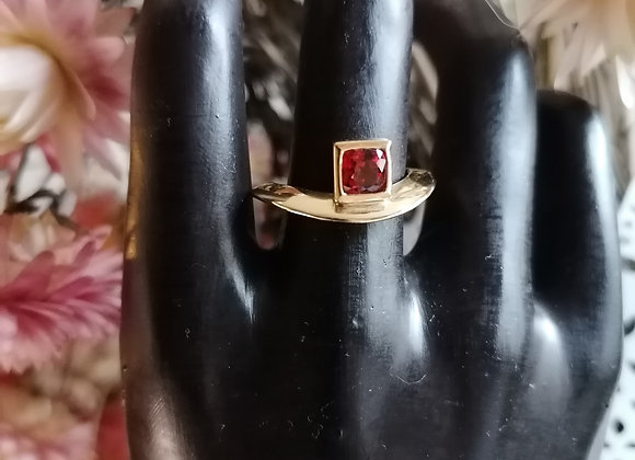 "bague or jaune saphir rouge ""Vague"""