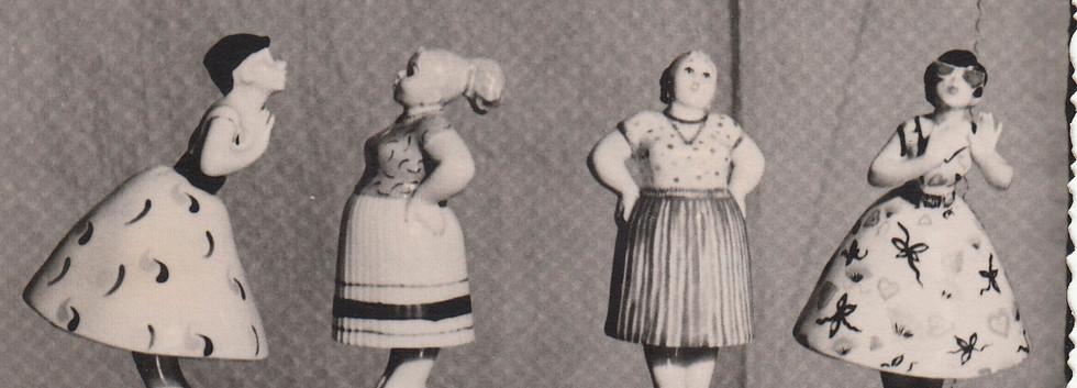 «Сплетницы» (или «Разговор»), пара. Фарфор. 1956 г. Массовое производство с росписью Музы Оленевой.