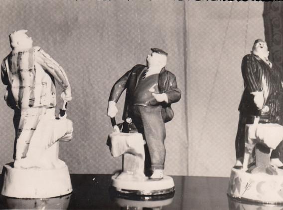 «Главначпупс» (по пьесе В. Маяковского «Баня») 1955. Авторская роспись солью и надглазурными красками. В массовом производстве не был.