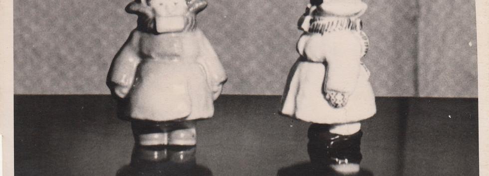 «Набулся-наделся». Фарфор. Роспись солями (автор росписи неизвестен). 1955 г. Массовое производство. Опытный Завод при Институте Керамики.