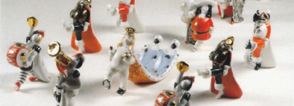 «Голый король или Новое платье короля». Надглазурная роспись Любови Родионовны Афанасьевой. 1957 г. Опытный завод при институте керамики.