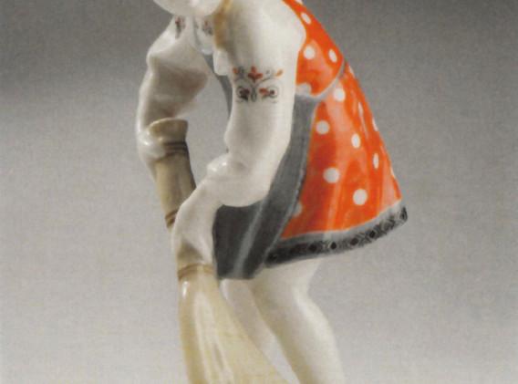 Девочка с метлой фарфор роспись 1954.jpg
