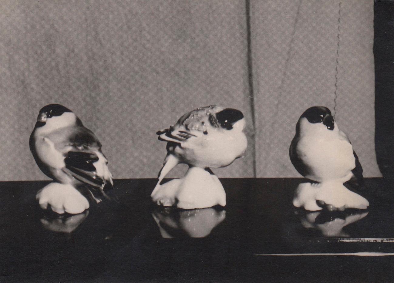 «Воробьи» (3 из 6 шт.), 1955, авторская роспись солями. Массовое производство. Опытный Завод при Институте Керамики