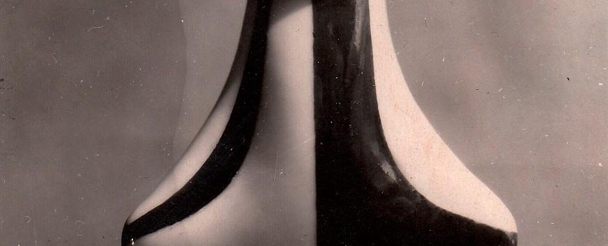 Флакон «Клоун». Совместно с А.Дегтяревым. 1957. Роспись Л.Сморгона. Массовое производство. Опытный Завод при Институте Керамики.