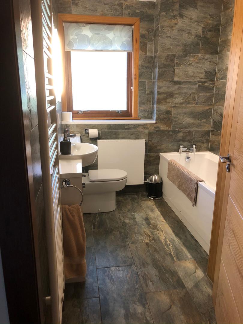 Bathroom - bright & modern