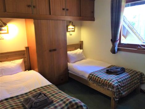 Twin bedroom - ample storage