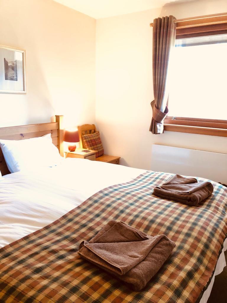 Double bedroom -Towels & tartan throw