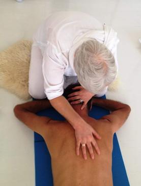 massaggio Kundalini da sopra.jpg