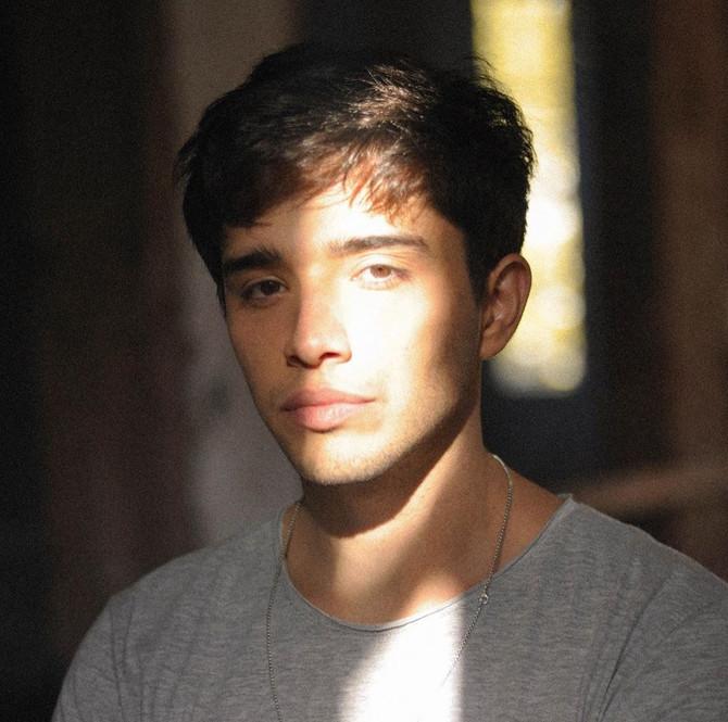 Así suena el debut musical de Julián Serrano