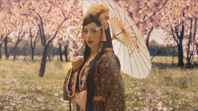 Mon Laferte canta en japonés