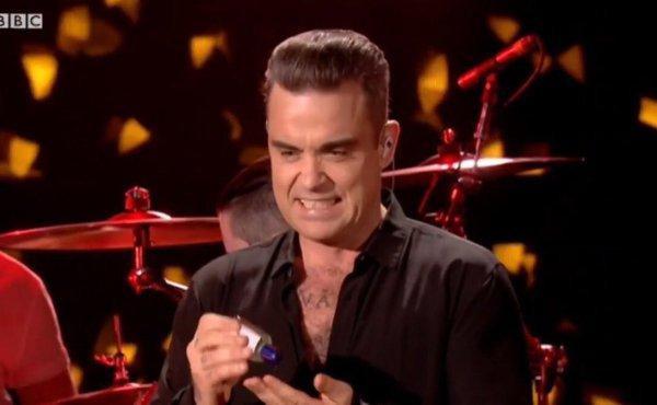 Robbie Williams se desinfectó las manos después de tocar a unos fans