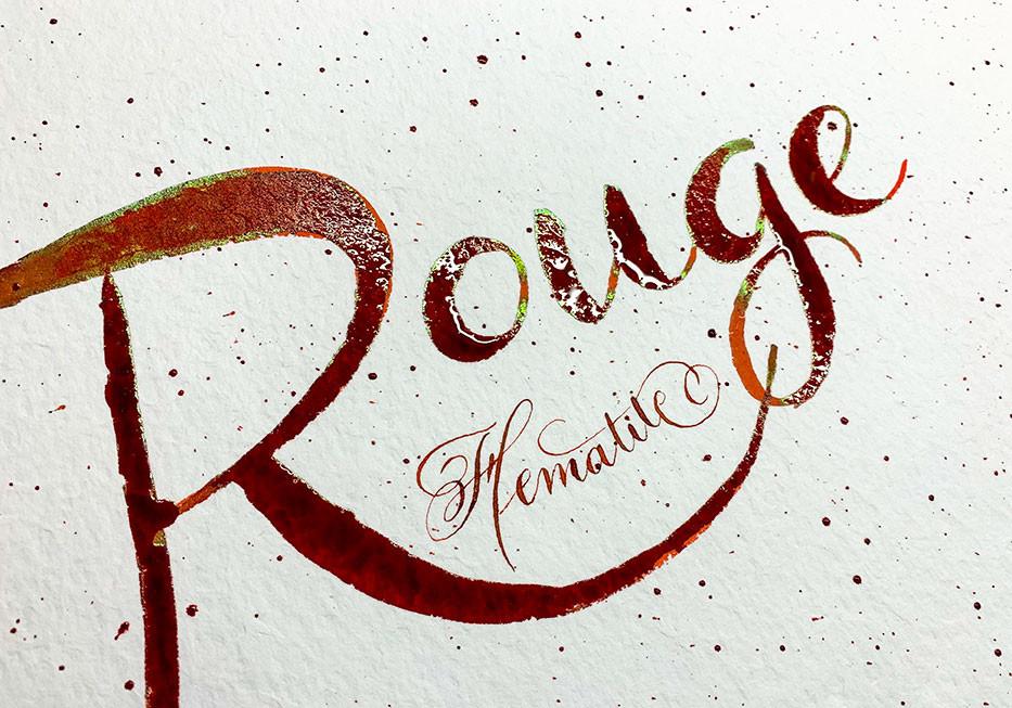 Rouge Hématite mit Brushpen und Spitzfeder geschrieben