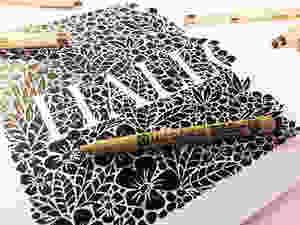 Negativschrift auf floralem Hintergrund