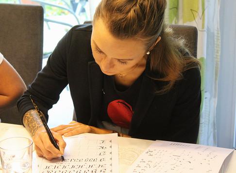 Volle Konzentration beim Kalligrafieren