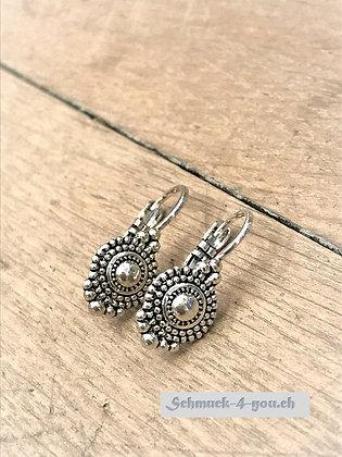 Ohrhänger im Metall-Look – klein