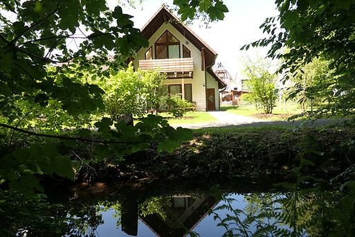Haus Obernau mit Bachlauf