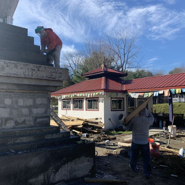 Lopon Lulu smoothing out the Stupa