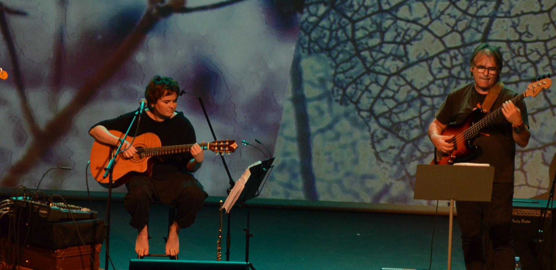 Flauta, voces, guitarra, composición, Elena Sáenz. Juan Antonio Hurtado, producción musical